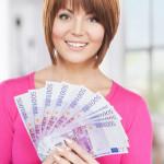 Frau gibt Geld Kredite ohne Schufa